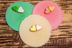 Galletas y galleta coloridas en la madera Imagen de archivo libre de regalías