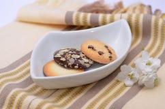 Galletas y galletas deliciosas en la placa blanca Imagen de archivo libre de regalías