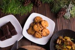 Galletas y galletas dulces del chocolate de los postres por días de fiesta: la Navidad, acción de gracias, la Noche Vieja Fotos de archivo libres de regalías