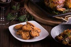 Galletas y galletas dulces del chocolate de los postres por días de fiesta: la Navidad, acción de gracias, la Noche Vieja Foto de archivo libre de regalías