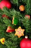 Galletas y globos de la Navidad en el árbol Imágenes de archivo libres de regalías