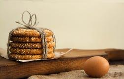 Galletas y huevo en la tabla Foto de archivo libre de regalías