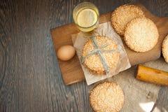 Galletas y huevo en la tabla Imagen de archivo