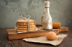 Galletas y huevo en la tabla Imagenes de archivo