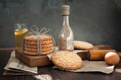 Galletas y huevo en la tabla Fotografía de archivo libre de regalías