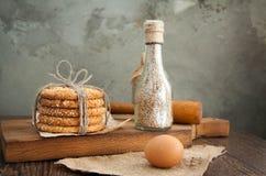 Galletas y huevo en la tabla Fotos de archivo