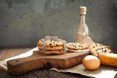 Galletas y huevo en la tabla Imágenes de archivo libres de regalías