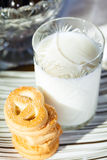 Galletas y leche Fotos de archivo libres de regalías