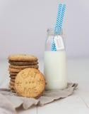 Galletas y leche Imagen de archivo libre de regalías
