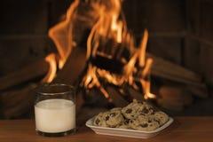 Galletas y leche Foto de archivo libre de regalías