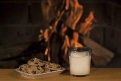 Galletas y leche Fotografía de archivo libre de regalías