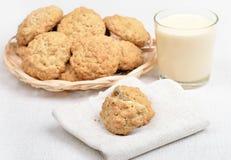 Galletas y leche de harina de avena Imágenes de archivo libres de regalías