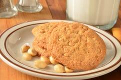 Galletas y leche de mantequilla de cacahuete Imágenes de archivo libres de regalías