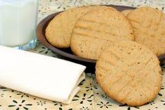 Galletas y leche de mantequilla de cacahuete Fotografía de archivo