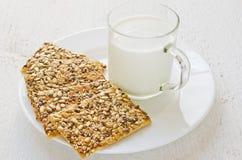 Galletas y leche del cereal en una taza en una tabla blanca Estilo rústico fotografía de archivo libre de regalías