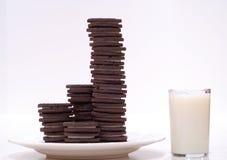 Galletas y leche del chocolate Fotos de archivo libres de regalías