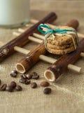 Galletas y leche en el cojín de bambú imagen de archivo