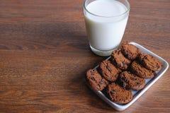 Galletas y leche encendido fotos de archivo