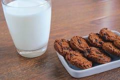 Galletas y leche encendido fotos de archivo libres de regalías