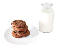 Galletas y leche (imagen con la trayectoria de recortes) fotos de archivo libres de regalías