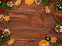 Galletas y mandarines de la miel Decoración de la Navidad en el fondo de madera Foto de archivo libre de regalías