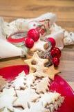 Galletas y ornamentos de la Navidad Imágenes de archivo libres de regalías