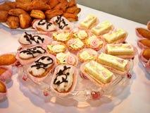 Galletas y pasteles en la tabla Fotografía de archivo libre de regalías