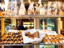 Galletas y pasteles locales tradicionales en tienda foto de archivo libre de regalías