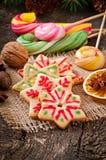 Galletas y piruletas del pan de jengibre de la Navidad Imagenes de archivo