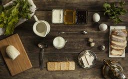 Galletas y queso de la mozzarella en una tabla de madera Foto de archivo libre de regalías