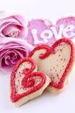 Galletas y rosas de las tarjetas del día de San Valentín Fotografía de archivo libre de regalías