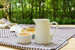 Galletas y té caliente para la relajación Imágenes de archivo libres de regalías