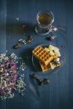 Galletas y té con los pedazos de la fruta en fondo de madera La visión desde la tapa Imagen de archivo