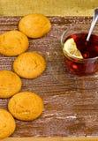 Galletas y té con un limón Imagen de archivo
