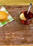 Galletas y té con un limón Imagen de archivo libre de regalías