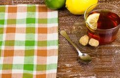 Galletas y té con un limón Foto de archivo