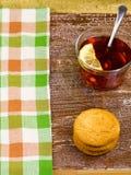 Galletas y té con un limón encendido Fotografía de archivo libre de regalías