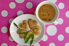 Galletas y té de manzanilla en forma de corazón hechos en casa Imagenes de archivo