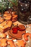 Galletas y té, decoración del pan de jengibre de la Navidad Fotografía de archivo libre de regalías