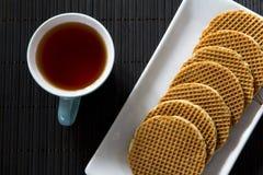 Galletas y té del holandés desde arriba Imagen de archivo libre de regalías