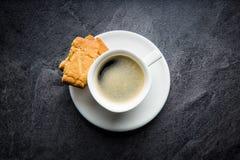 Galletas y taza de café dulces Fotografía de archivo libre de regalías