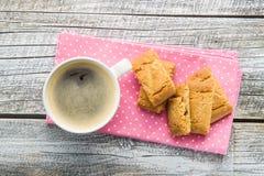 Galletas y taza de café dulces Fotografía de archivo