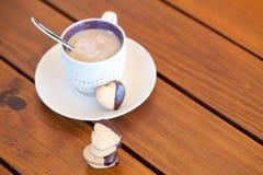 Galletas y taza de café en forma de corazón apiladas, copyspace Imagen de archivo
