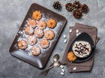 galletas y taza de café caliente Fotografía de archivo libre de regalías