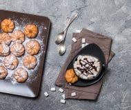 galletas y taza de café caliente Foto de archivo libre de regalías