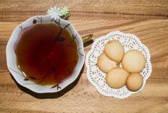 Galletas y taza de té Foto de archivo libre de regalías