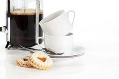 Galletas y tazas de café llenadas atasco Imagen de archivo libre de regalías