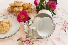 Galletas y tazas de té de las camelias Fotos de archivo libres de regalías