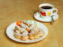 Galletas y una taza de café caliente con el azúcar Foto de archivo libre de regalías