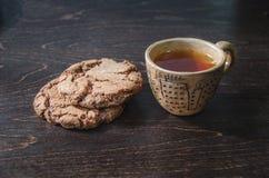 Galletas y una taza de té Imagenes de archivo